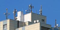 Sendemasten auf Hausdächern emittieren hochfrequente Strahlen, die unsere Gesundheit gefährden.